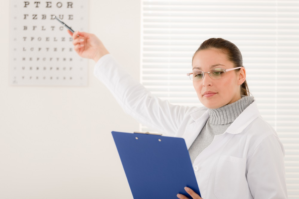 Ottawa optometrist performing regular eye exam
